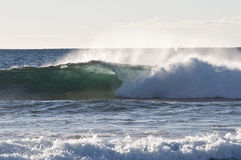 En wave som kraschar in mot Shoreline Royaltyfri Foto