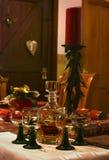 En whiskykaraff med exponeringsglas på en festively dekorerad tabell Royaltyfri Foto