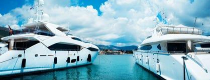 En woundeful yacht är i ett blått hav Resa och att segla och att segla begrepp royaltyfria foton