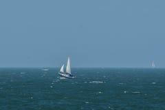 En yacht på den engelska kanalen Arkivfoto
