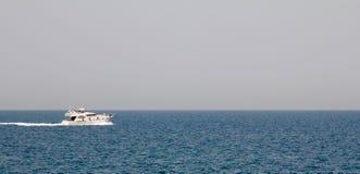 En yacht på det Jumeirah strandområdet i Dubai, UAE Arkivbilder
