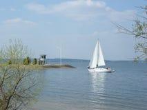 En yacht på det Minsk havet, Vitryssland arkivbilder