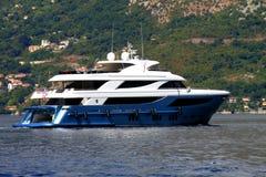 En yacht seglar på fjärden av Kotor, Montenegro Royaltyfri Foto