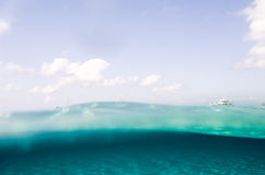 En yatch på havsyttersidan med himlen och havsbotten Arkivfoto