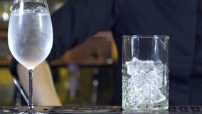 En yrkesmässig bartender förbereder en coctail för att dricka för kunder på baren eller diskot lager videofilmer