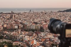 En yrkesmässig kamera tar en bild av stadssikterna av Barcelona, Spanien arkivfoto