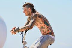 En yrkesmässig ryttare på Flatlandkonkurrensen för BMX (cykelmotocross) på extrema sportar Barcelona för LKXA spelar Royaltyfria Bilder