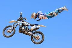 En yrkesmässig ryttare på konkurrensen för FMX (fristilmotocross) på extrema sportar Barcelona för LKXA Royaltyfria Bilder