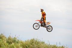 En yrkesmässig ryttare på konkurrensen för FMX (fristilmotocross) på extrema sportar Barcelona för LKXA Fotografering för Bildbyråer