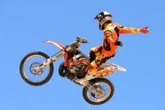 En yrkesmässig ryttare på konkurrensen för FMX (fristilmotocross) på extrema sportar Barcelona för LKXA spelar Arkivbild
