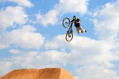 En yrkesmässig ryttare på konkurrensen för MTB (berget som cyklar) på smutsspåret på LKXA-ytterlighetsportar Arkivbild