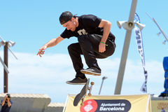 En yrkesmässig skateboradåkare på den åka skridskor konkurrensen på extrema sportar Barcelona för LKXA spelar Arkivfoto