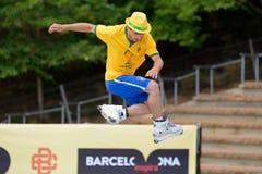 En yrkesmässig skateboradåkare på Inline åka skridskor hoppar konkurrens på extrema sportar Barcelona för LKXA Royaltyfri Bild