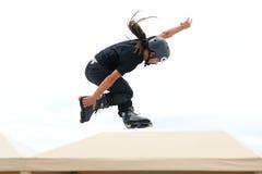 En yrkesmässig skateboradåkare på Inline åka skridskor hoppar konkurrens på LKXA-ytterlighetsportar Arkivfoton