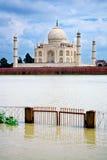 En yttersida beskådar av den Taj Mahal mausoleumen Arkivbild