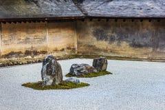 En Zen Rock Garden i den Ryoanji templet i Kyoto royaltyfria bilder