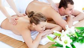 Enamored junge Paare, die eine rückseitige Massage genießen Lizenzfreies Stockfoto