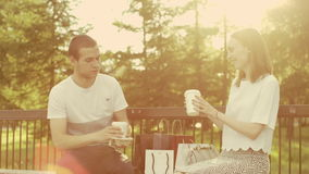 Enamored mężczyzna przynosi kawę zbiory wideo