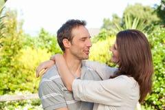 Enamored Paare im Garten Lizenzfreie Stockfotografie