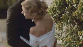 Enamouredjonggehuwden die rond in park voor de gek houden stock footage