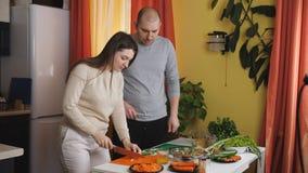 Enamouredpaar het drinken jus d'orange in de keuken stock video
