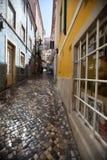 Enangoste las calles de la pequeña ciudad en Portugal Fotos de archivo