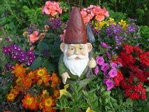 Enano con la pala en su jardín Imágenes de archivo libres de regalías