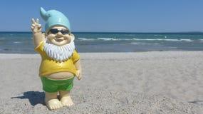 Enano con playa de las gafas de sol Imagenes de archivo