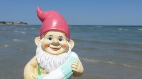 Enano con playa flotante del anillo Fotos de archivo libres de regalías