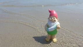 Enano con playa flotante del anillo Foto de archivo