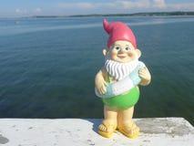 Enano con playa flotante del anillo Imagen de archivo libre de regalías