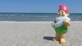 Enano con playa flotante del anillo Imagenes de archivo