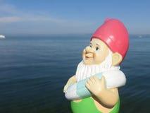 Enano con playa flotante del anillo Fotografía de archivo
