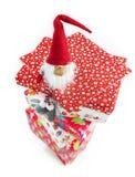 Enano encima de las cajas del regalo de Navidad Imágenes de archivo libres de regalías