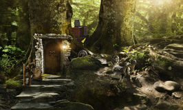 Enanos y duendes de la vivienda en un bosque mágico fotografía de archivo