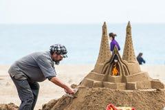 Enarene al escultor que trabaja en la playa de Barceloneta del La en Barcelona España foto de archivo
