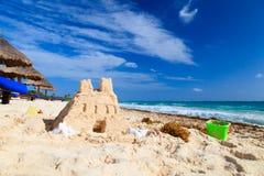 Enarene el castillo con las cáscaras empleadas la playa Imagenes de archivo