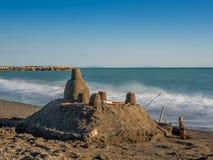 Enarene el castillo en la orilla de mar en Toscana Imagenes de archivo