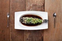 Enarene el plato cocido al vapor gobio con la salsa china, preparada En la tabla Imágenes de archivo libres de regalías