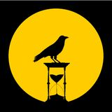 Enarene el reloj de arena, la luna y el cuervo - ejemplo Fotografía de archivo