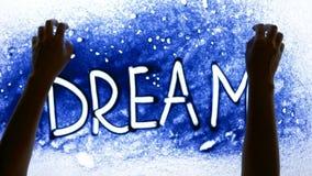 Enarene la animación coloreada en la pantalla encendida, persona que las manos escriben la palabra del sueño