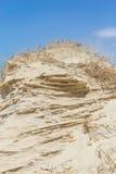 Enarene la estructura hecha por el viento con el cielo azul en fondo Imagen de archivo libre de regalías