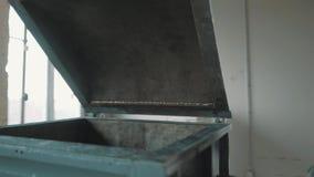 Enarene la máquina interior de pulido con la tapa abierta en el sitio brillante vacío de la fábrica almacen de metraje de vídeo