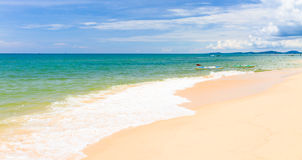 Enarene la playa con las canoas en Phu Quoc, Vietnam fotografía de archivo libre de regalías