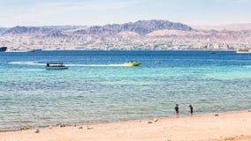 Enarene la playa de la ciudad de Aqaba y la vista de la ciudad de Eilat Fotografía de archivo