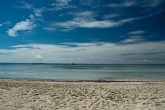 Enarene la playa, el mar y el cielo azul mezclando en el horizonte Imagenes de archivo
