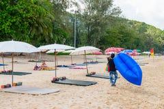 Enarene la playa idillic en la isla de Phuket en Tailandia Fotos de archivo