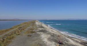 Enarene la tira entre el lago y el mar en Pomorie, Bulgaria almacen de metraje de vídeo