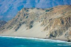 Enarene las colinas en la playa de Agios Pavlos, Creta del sur fotos de archivo