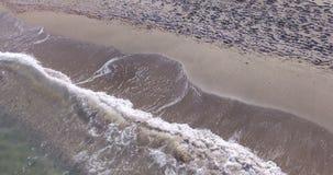 Enarene las ondas del Mar Negro del modelo y del frío, Pomorie, Bulgaria metrajes